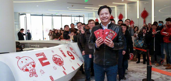 Lei Jun con sobres rojos xiaomi noticias