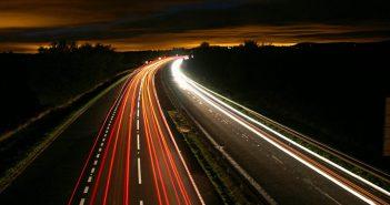 Cómo realizar fotografías en exposición prolongada en tu Xiaomi: estela de luz coches. Noticias Xiaomi Adictos